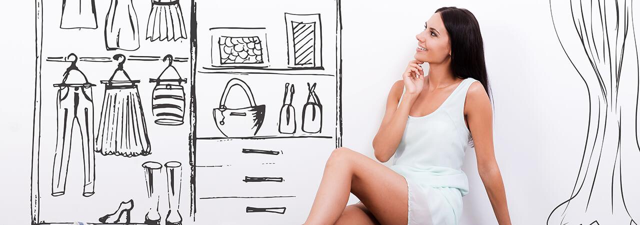 Kobieta siedząca na podłodze rozmyślająca nad projektem szafy na wymiar