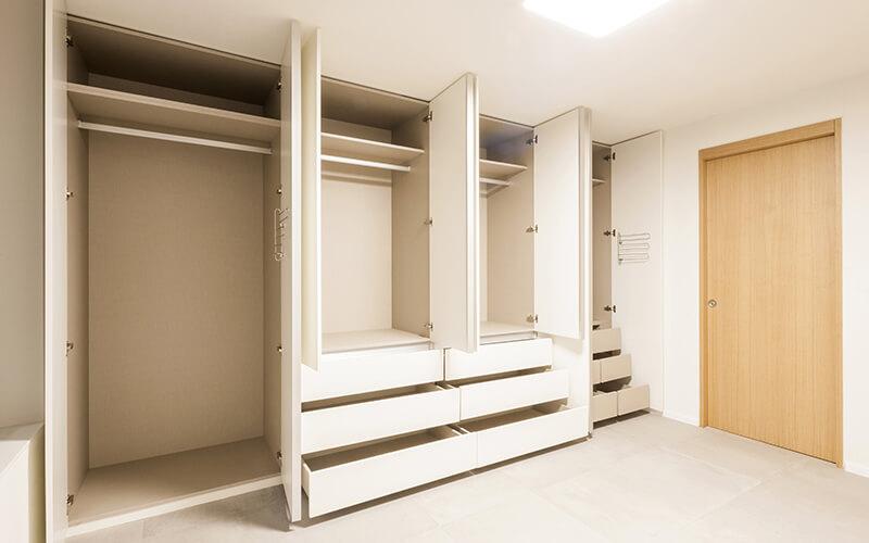 Biała szafa z drzwiami otwieranymi w przedpokoju