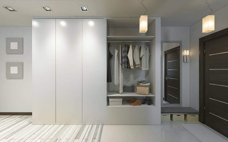 Nowoczesna biała szafa do przedpokoju z przestrzenią do powieszenia ubrań na drążku