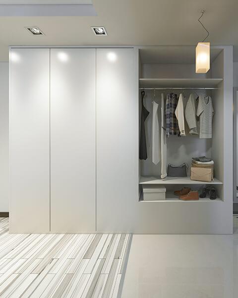 Szafa do przedpokoju z białymi drzwiami
