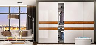Białe drzwi przesuwne z drewnianymi wstawkami