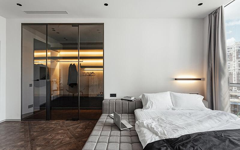 Szklane drzwi przesuwne z wejściem do garderoby w sypialni
