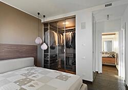 Szafa do sypialni z szklanymi drzwiami przesuwnymi