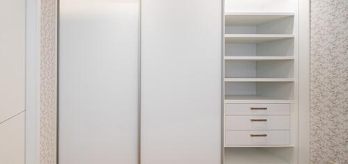 Biała szafa wnękowa z białymi drzwiami przesuwnymi