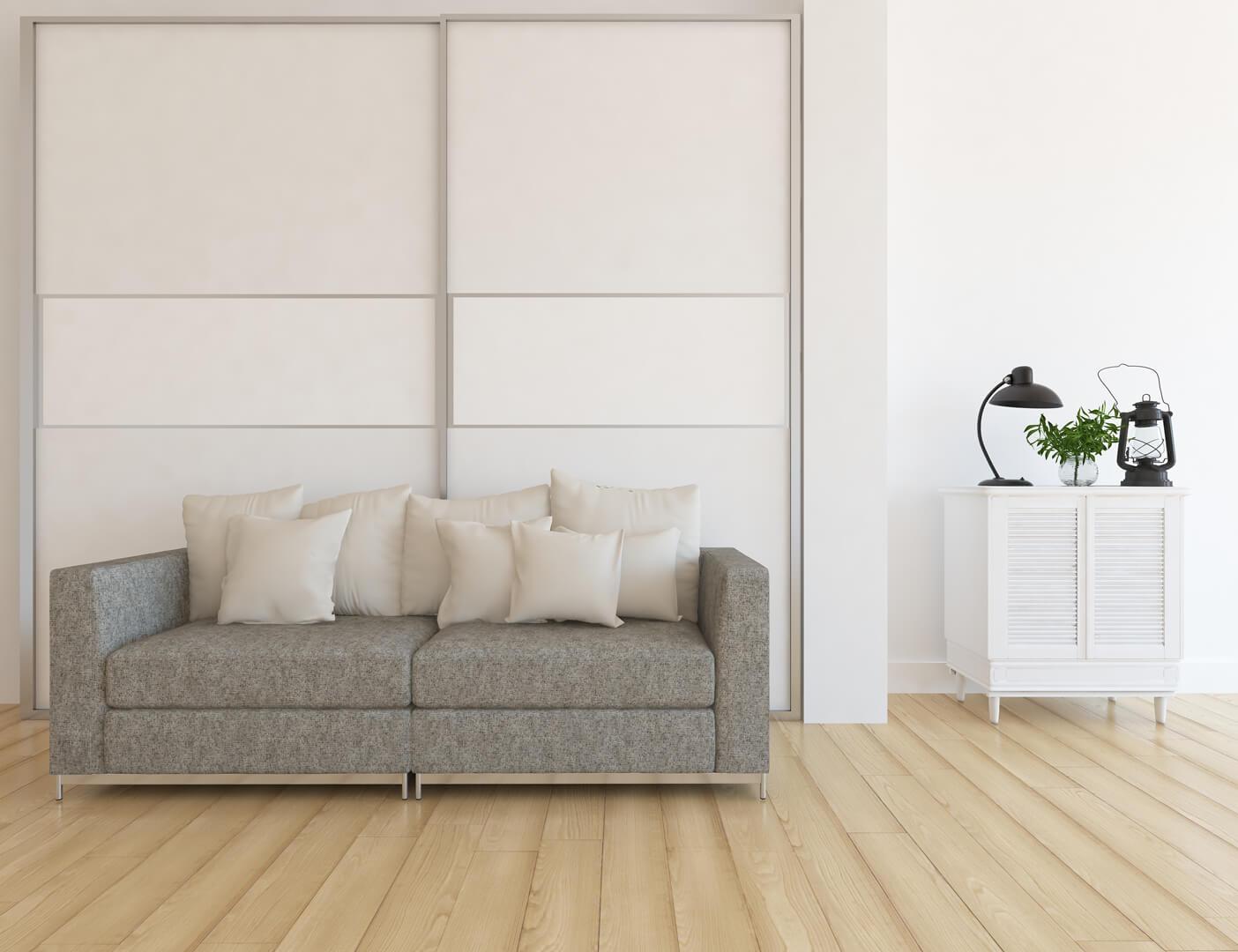 Biała szafa z białymi drzwiami przesuwnymi w pokoju