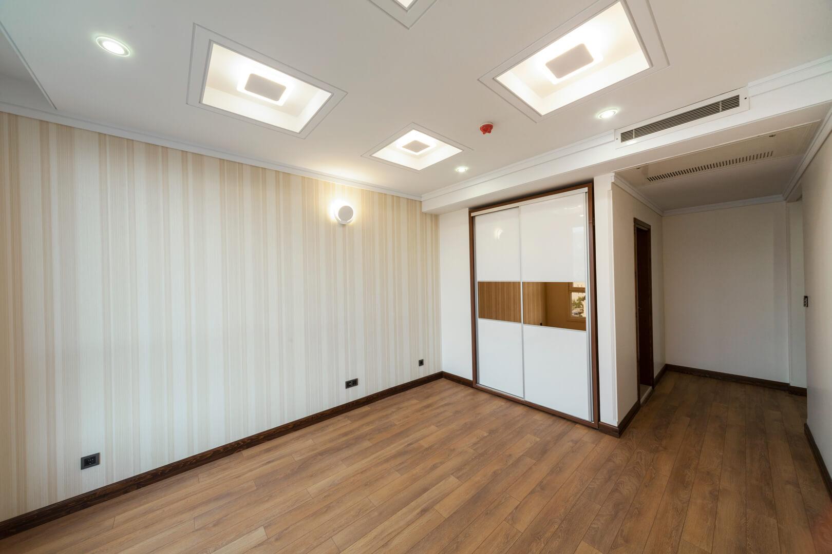 Szafa z szklanymi białymi i brązowymi drzwi przesuwnymi