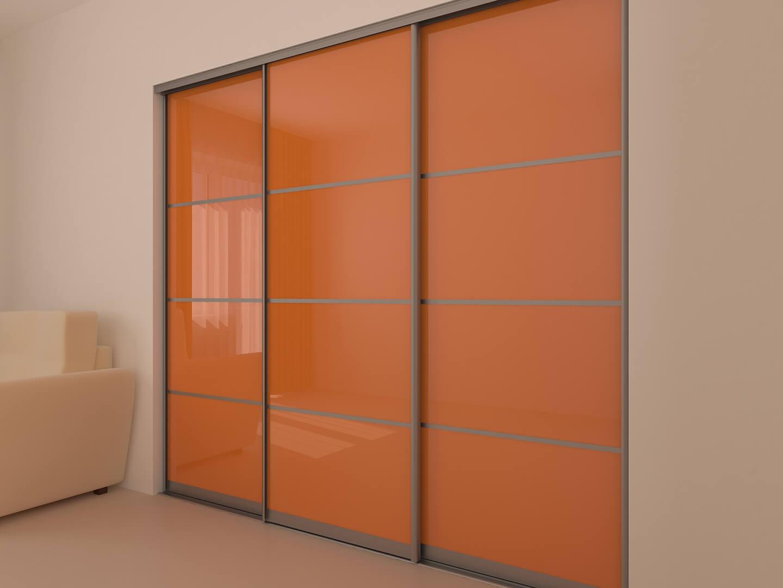 Szafa na wymiar z pomarańczowymi szklanymi drzwiami przesuwnymi