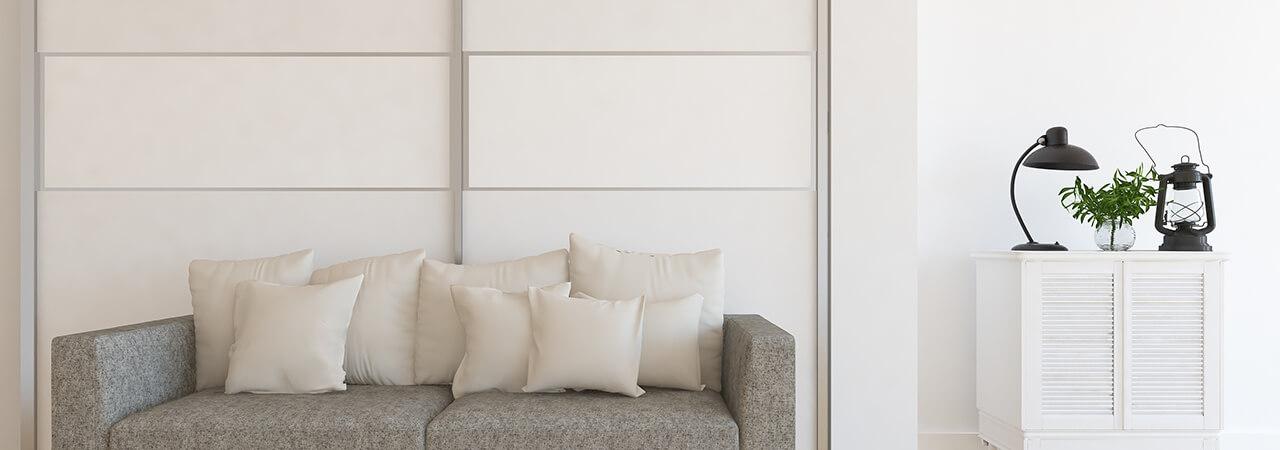 Zabudowa szafy z białymi drzwiami przesuwnymi do sypialni