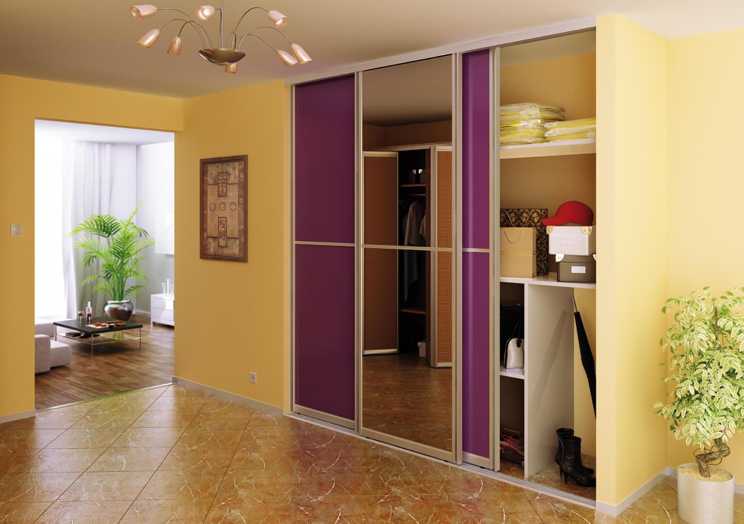 Zabudowa do przedpokoju z fioletowymi drzwiami przesuwnymi i lustrem