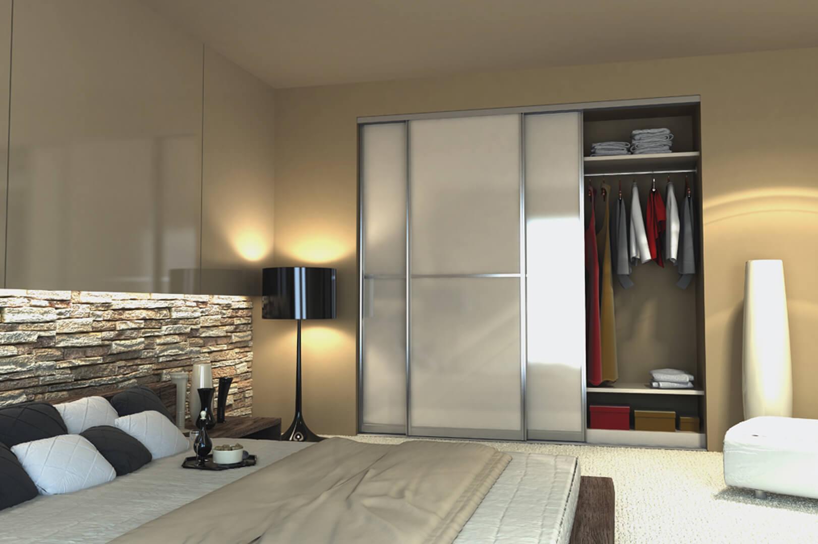Klasyczna biała szafa z drzwiami przesuwnymi i aluminiowymi frontami