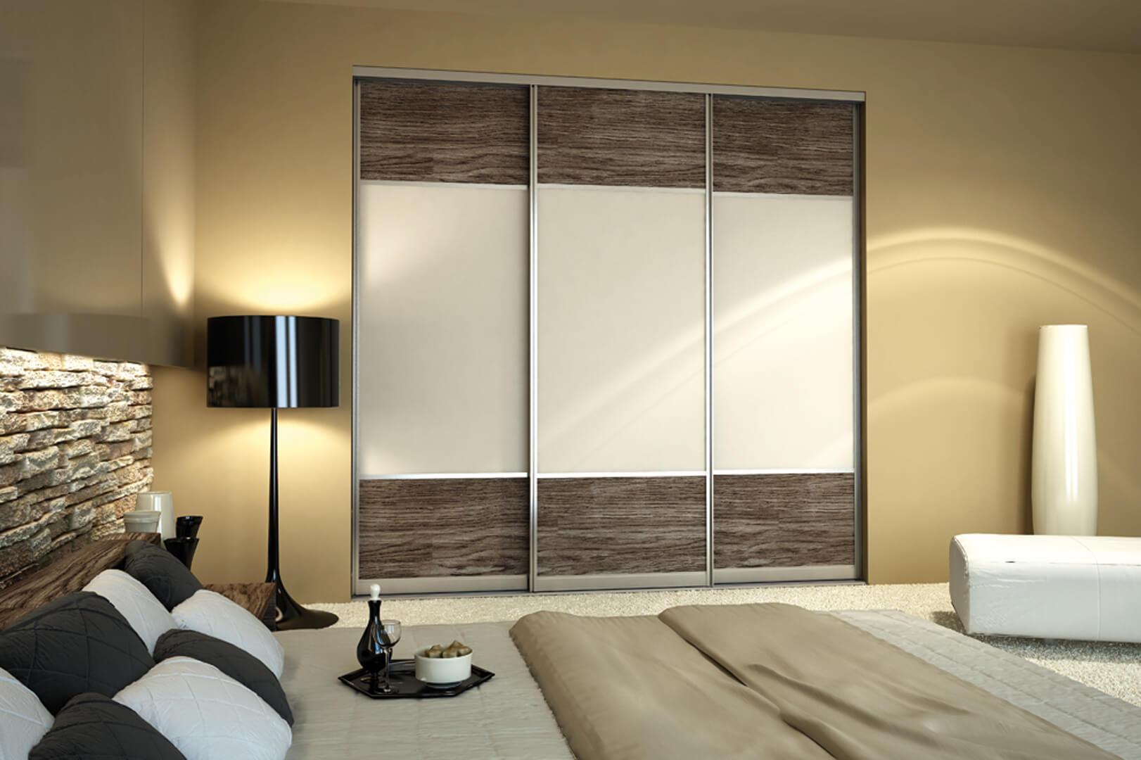 Wizualizacja drewnianych ciemnych drzwi przesuwnych z białymi wstawkami pomiędzy