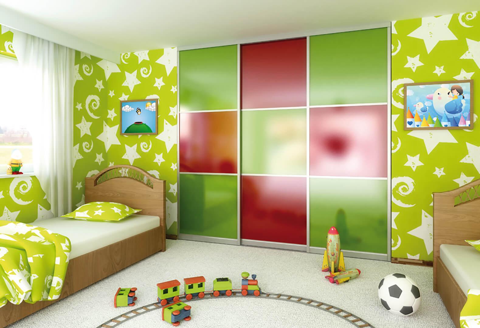 Trzy skrzydłowa szafa z drzwiami przesuwnymi w zielone i czerwone kwadraty w pokoju dziecięcym