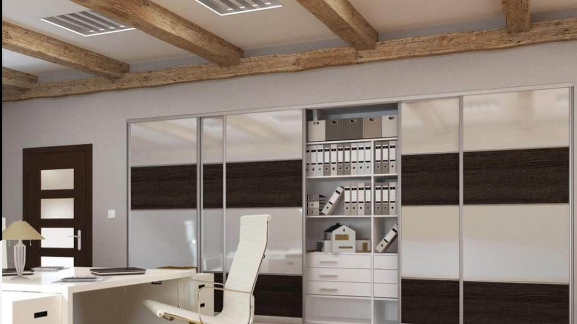 Szafa z drewnianymi i białymi lustrzanymi drzwiami przesuwnymi do biura