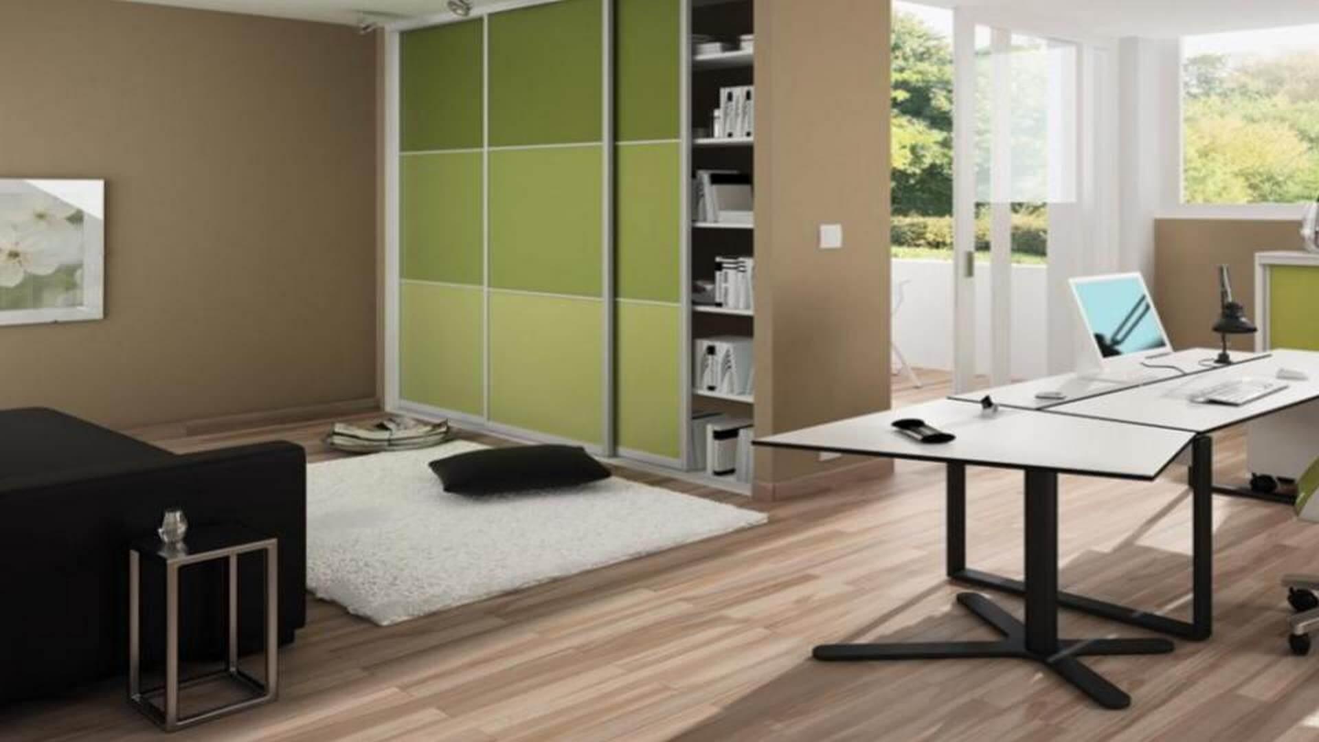 Szafa z zielonymi lustrzanymi drzwiami przesuwnymi do biura