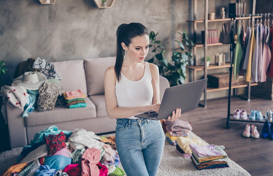 Kobieta trzymająca laptopa w pokoju
