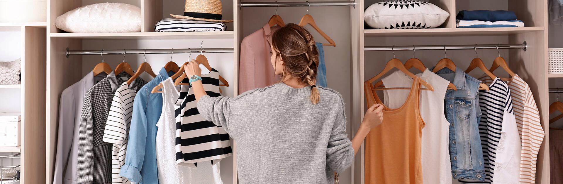 Kobieta wyjmująca ubrania z szafy na wymiar