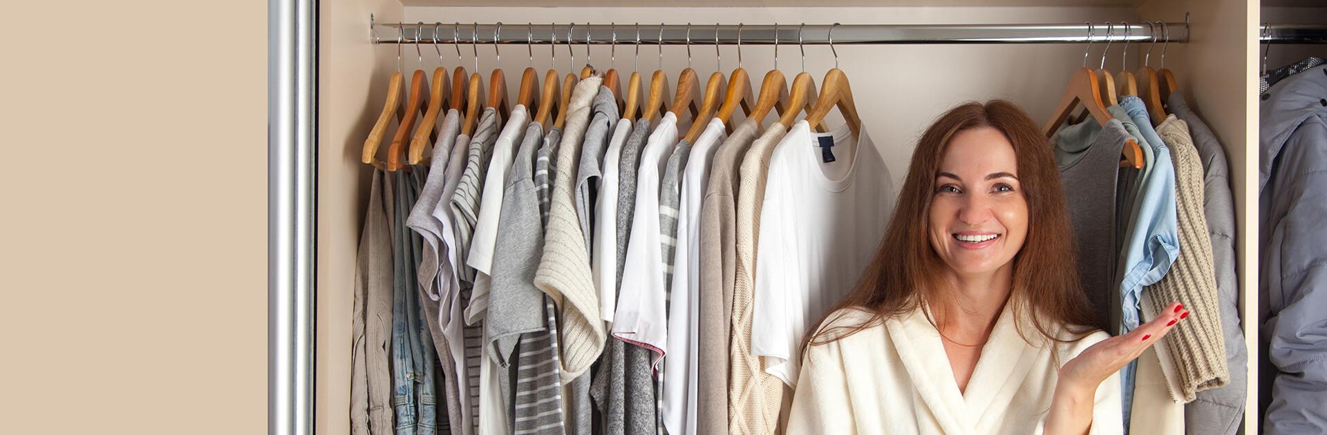 Uśmiechnięta kobieta na tle szafy na wymiar
