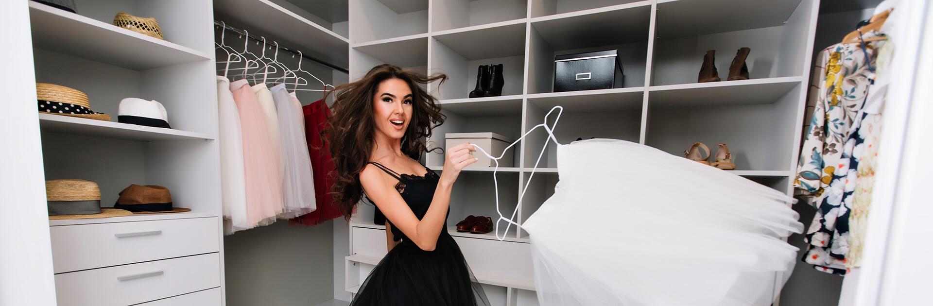 Uśmiechnięta kobieta w garderobie