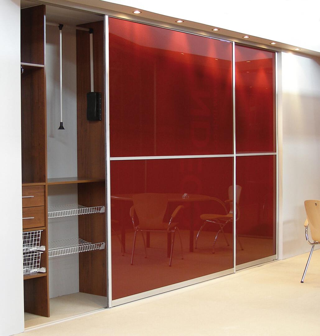 Zabudowa z czerwonymi szklanymi drzwiami przesuwnymi