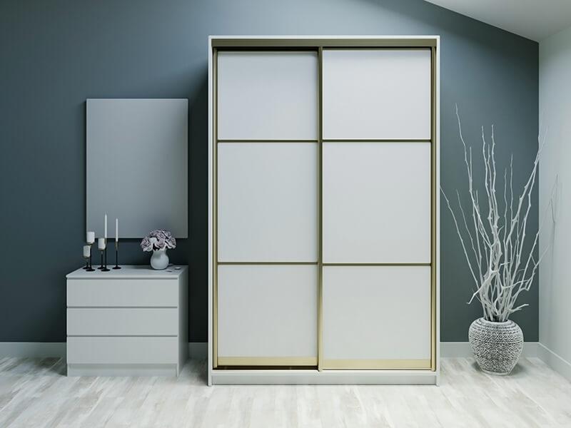 Klasyczna biała szafa z drzwiami przesuwnymi i beżowymi frontami