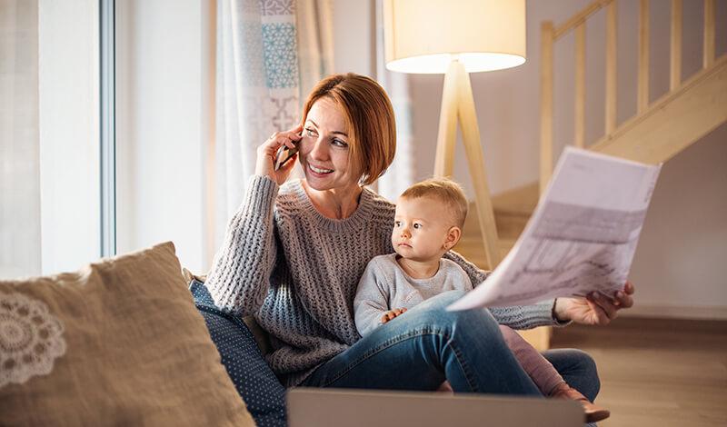 Matka i dziecko przeglądające projekt szafy na wymiar