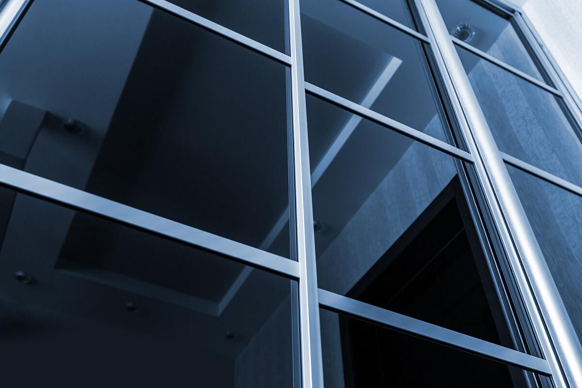 Przybliżone detale drzwi przesuwanych indeco wybrzeże - czarne szklane kwadraty jako element dekoracyjny