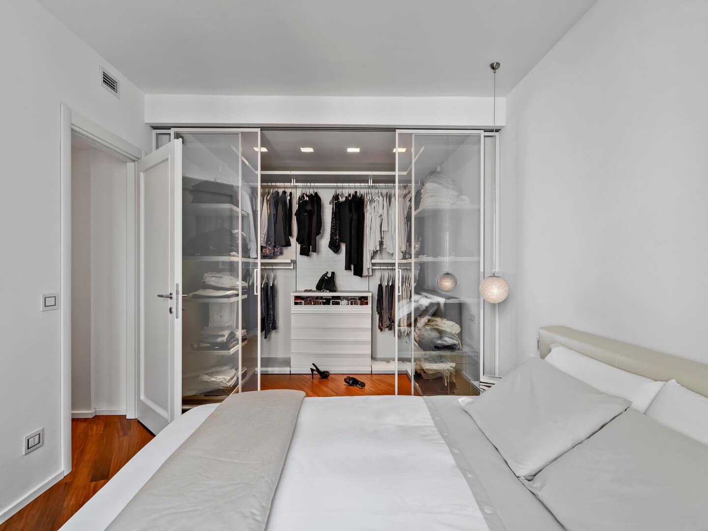 Zabudowa garderoby do sypialni z przezroczystymi drzwiami przesuwnymi