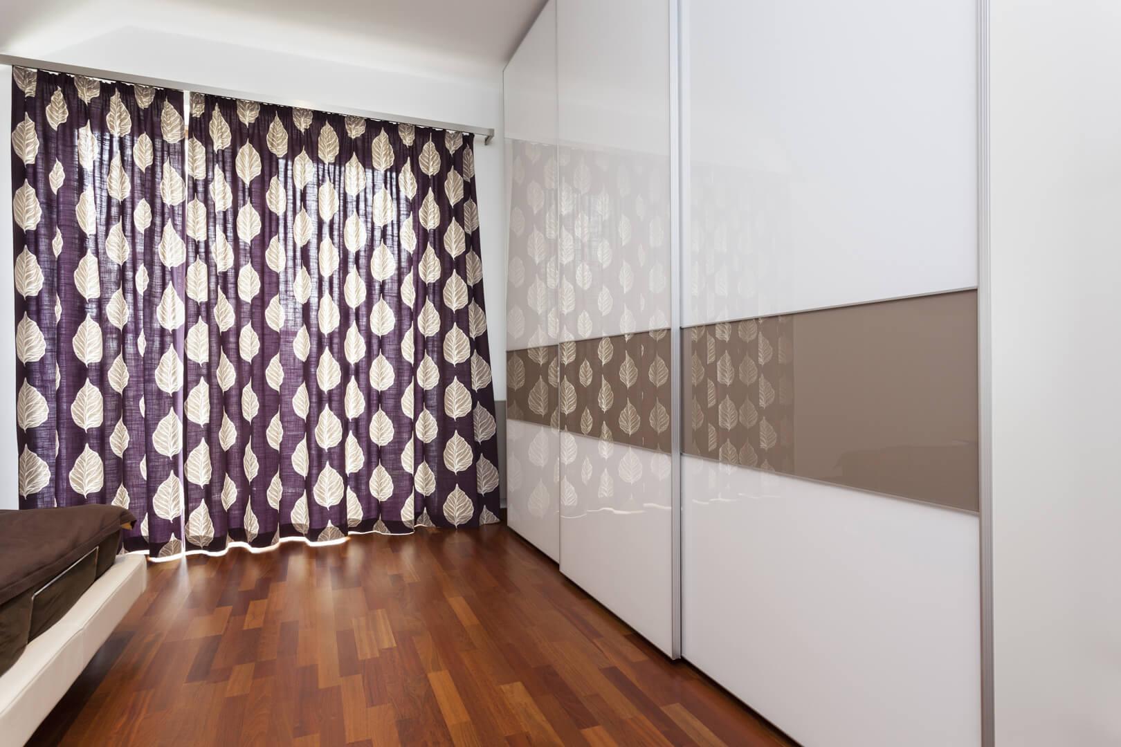 Biało beżowa szafa z drzwiami przesuwnymi w sypialni