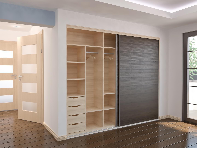 Jasna drewniana zabudowa szafy z ciemnymi drewnianymi drzwiami przesuwnymi
