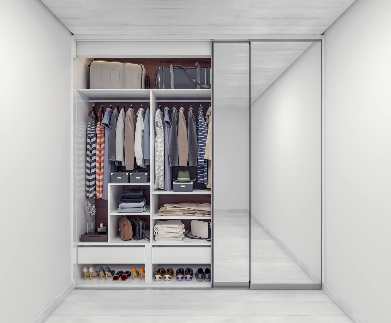 Szafa w sypialni z lustrami na drzwiach przesuwnych