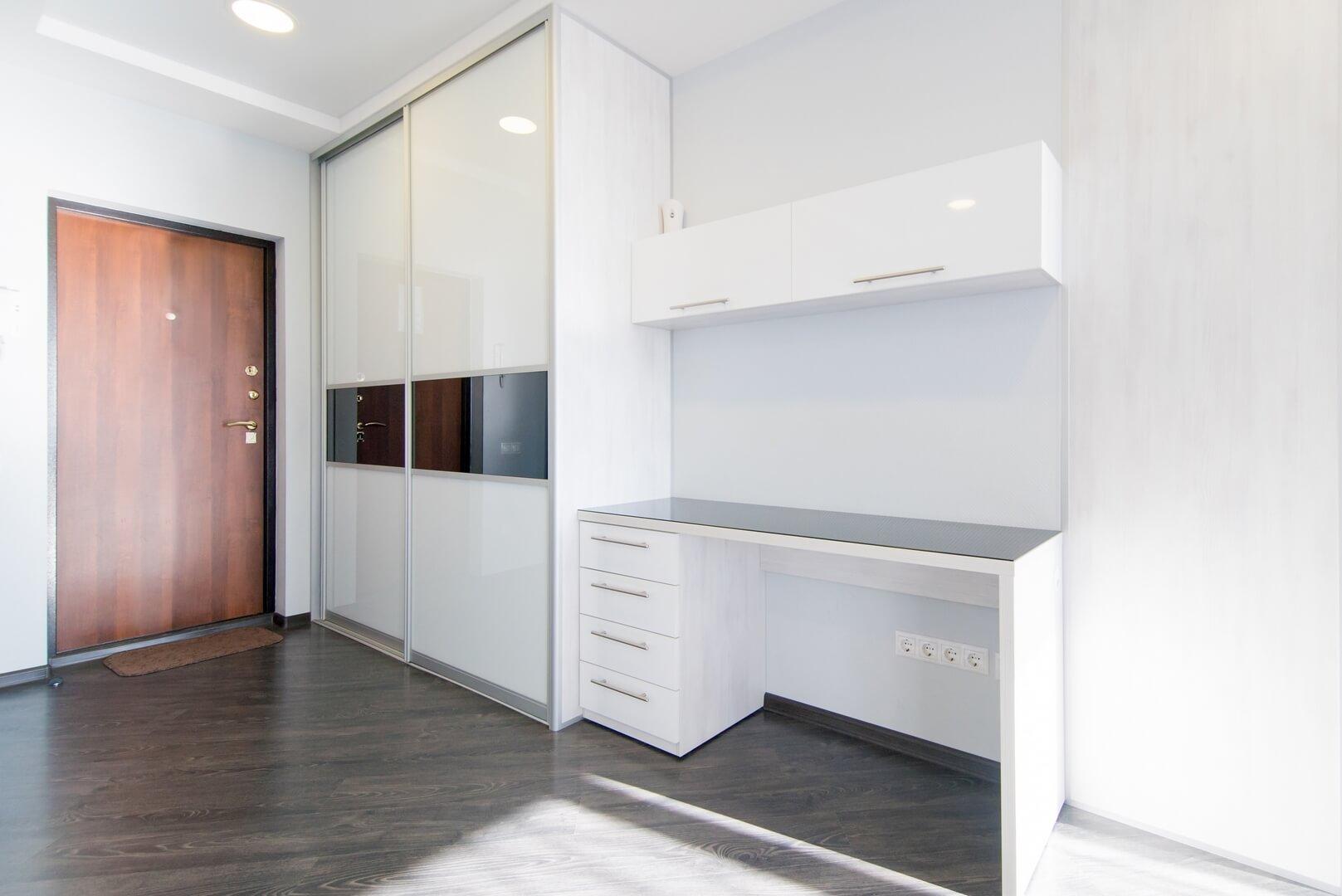 Biała szafa na wymiar z białymi drzwiami przesuwnymi do pokoju dziecięcego