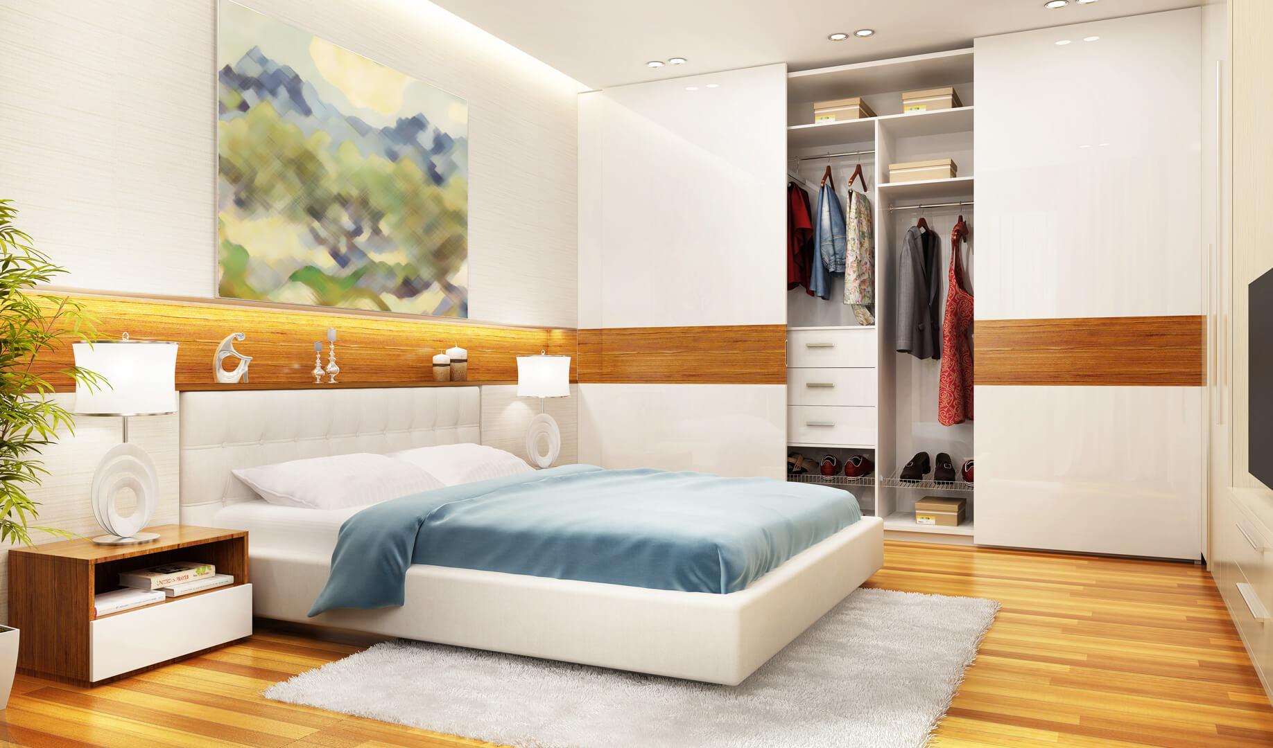 Szafa na wymiar z białymi drzwiami przesuwnymi i drewnianym paskiem dekoracyjnym w sypialni
