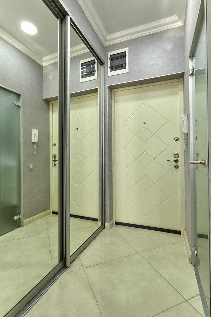 Lustrzane drzwi przesuwane do szafy przesuwnej indeco w przedpokoju