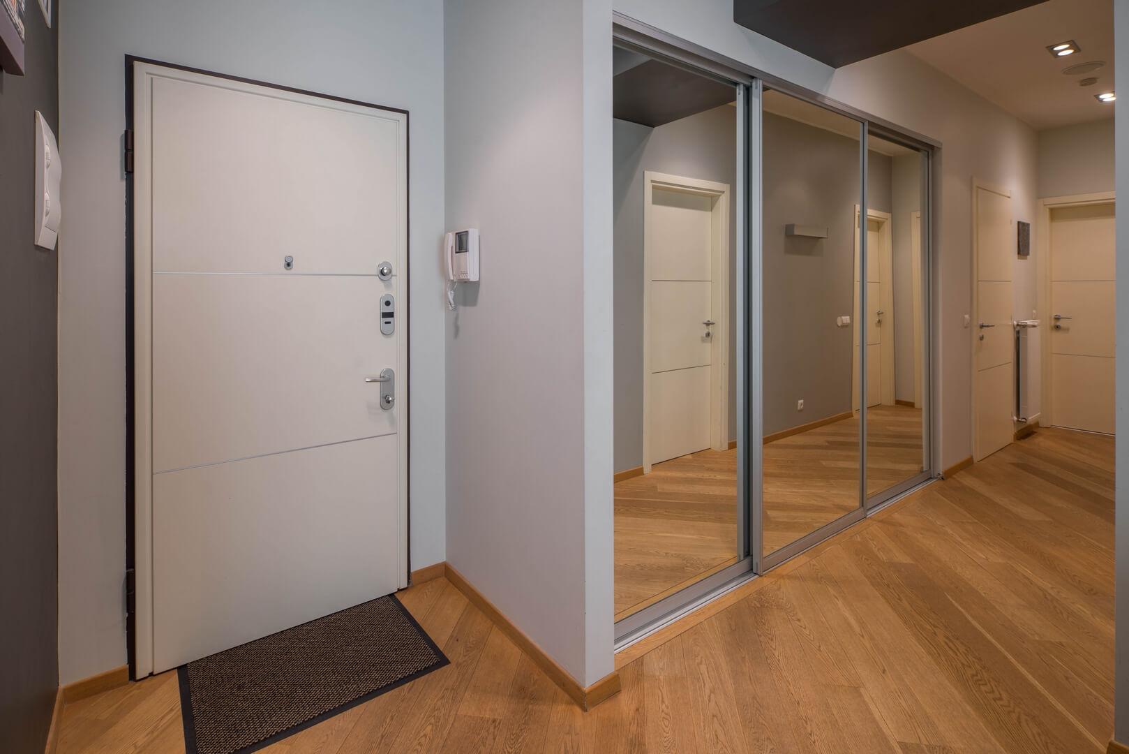 Zabudowa do przedpokoju z lustrzanymi drzwiami przesuwnymi