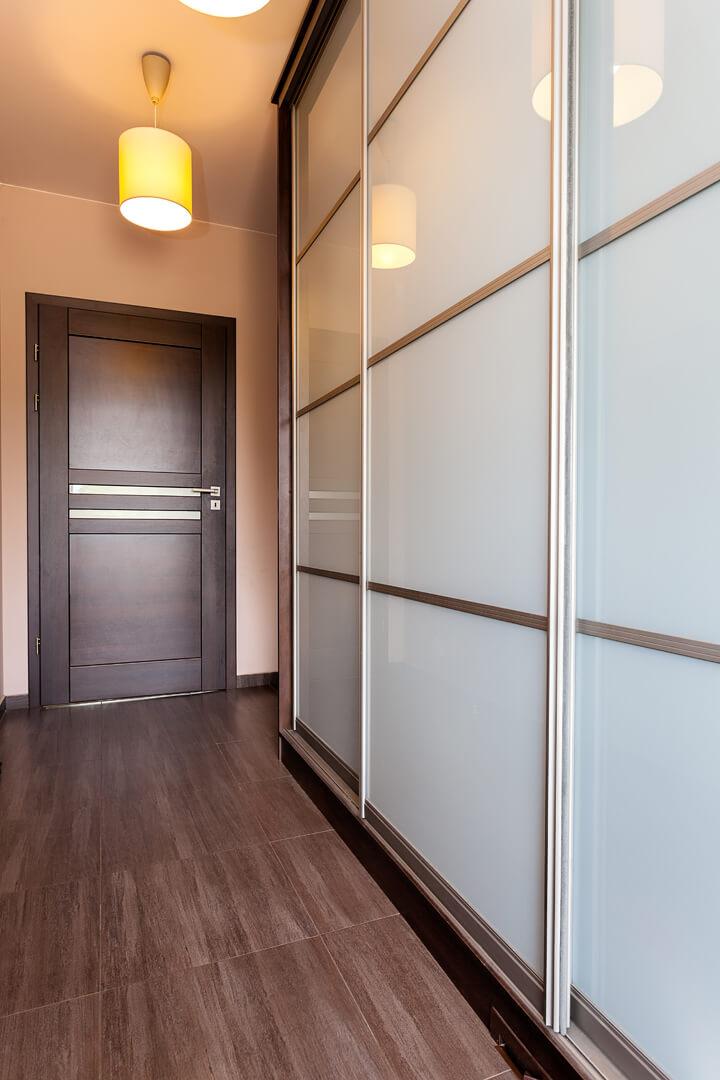 Biała szafa z drzwiami przesuwnymi w przedpokoju