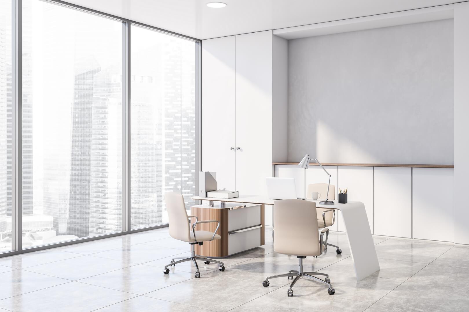 Klasyczna biała szafa z drzwiami otwieranymi do biura