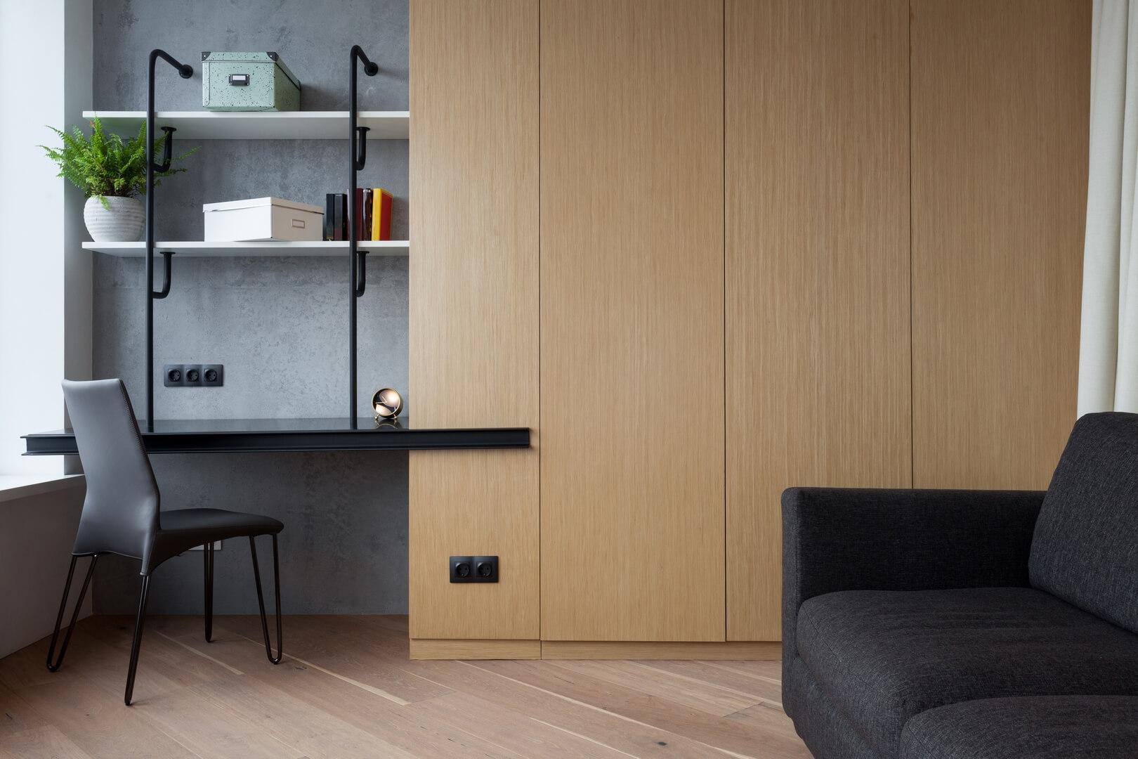Szafa z drzwiami w kolorze jasnego dębu do biura