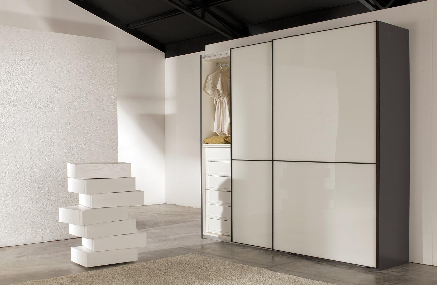 Biała nowoczesna szafa z drzwiami przesuwnymi firmy indeco