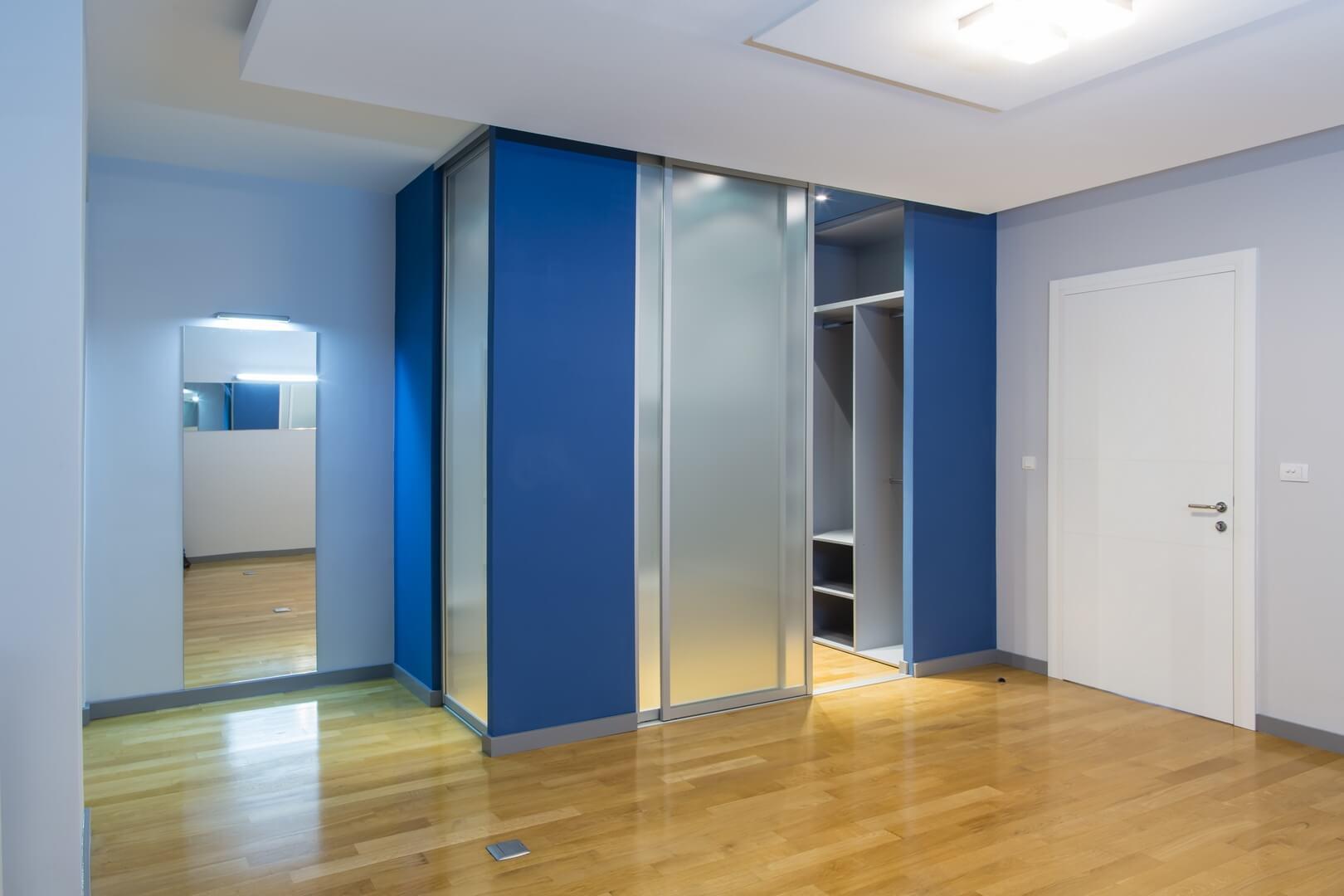 Przezroczyste drzwi przesuwne do garderoby na przedpokoju