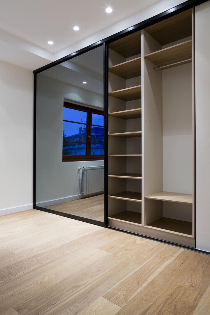 Dwuskrzydłowa szafa z lustrami na drzwiach przesuwnych do przedpokoju