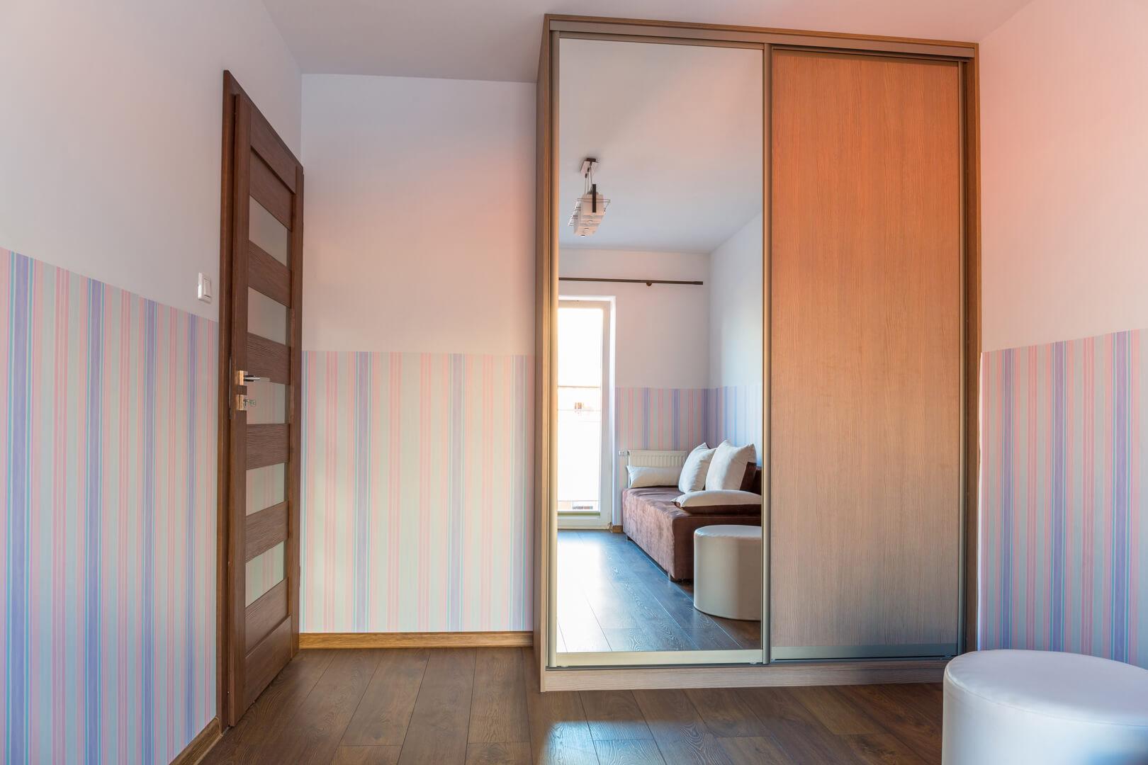 Mała szafa na wymiar z drzwiami przesuwnymi z lustrem