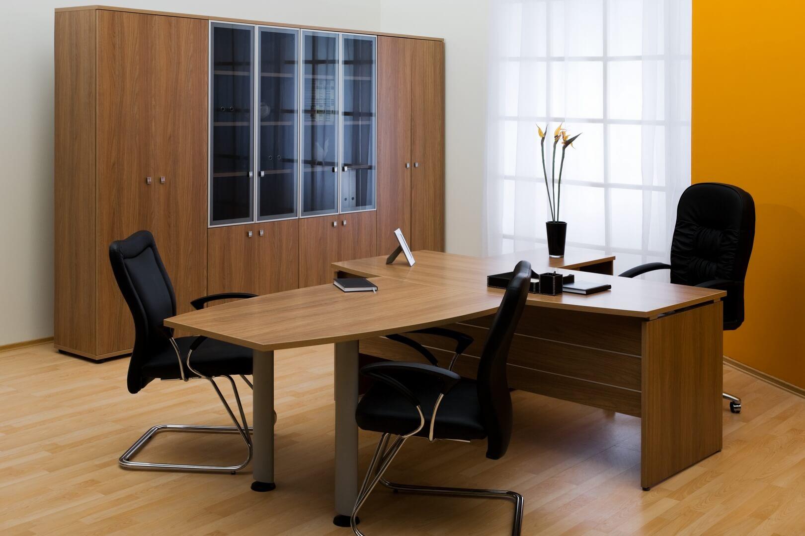 Drewniana szafa do biura w starym stylu