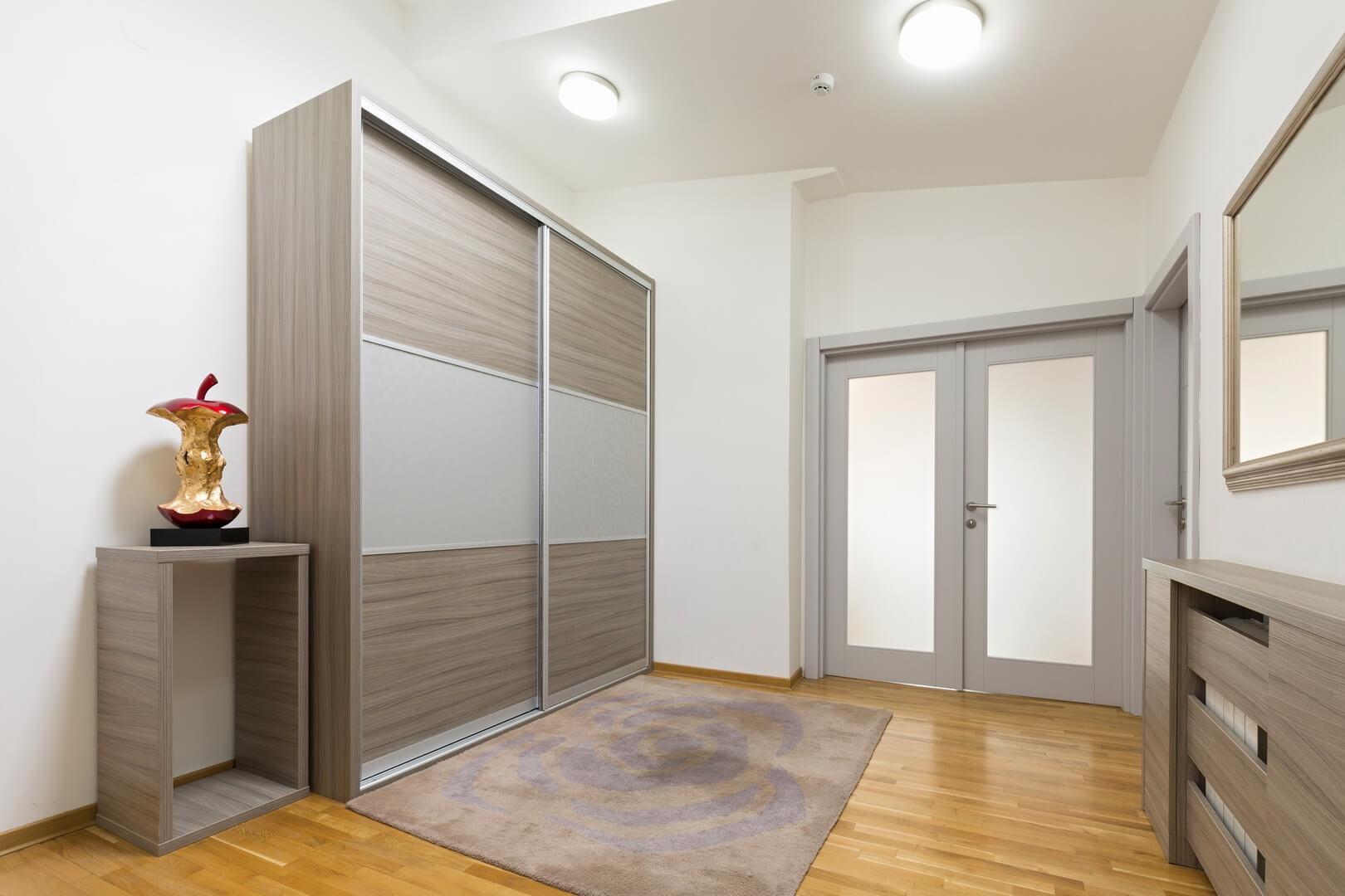 Szafa z drzwiami przesuwnymi do pokoju w ciemnym kolorze i szarymi wstawkami