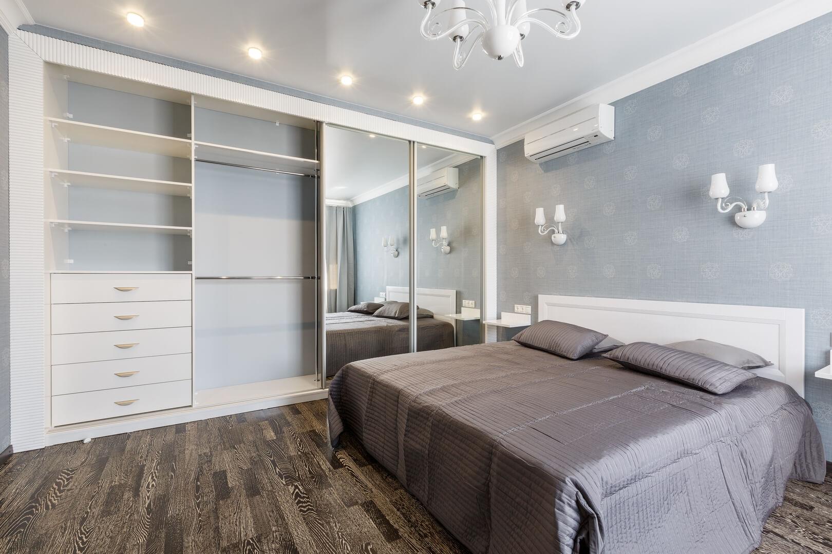 Duża biała szafa z drzwiami przesuwnymi i lustrami