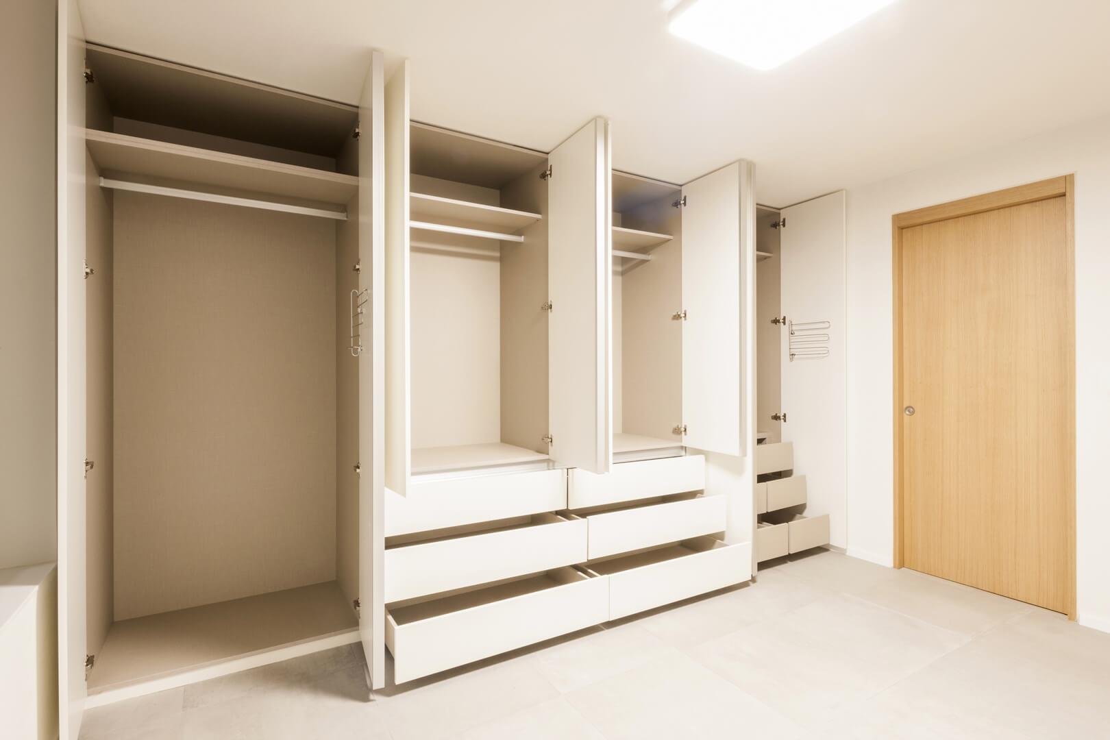 Biała szafa do przedpokoju z drzwiami otwieranymi