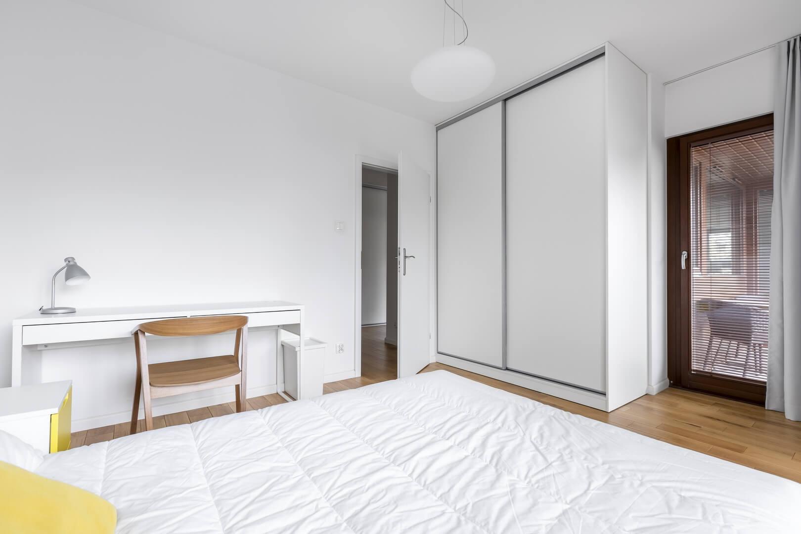 Biała szafa z drzwiami przesuwnymi do sypialni