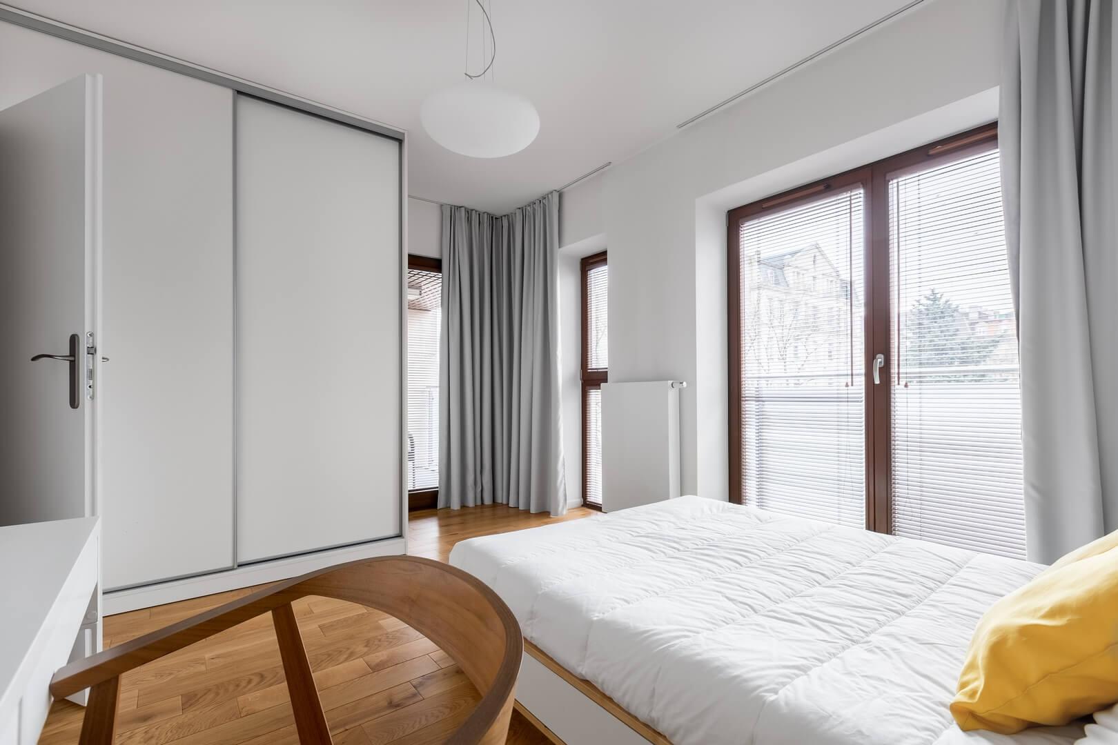 Szafa z białymi drzwiami przesuwnymi do sypialni