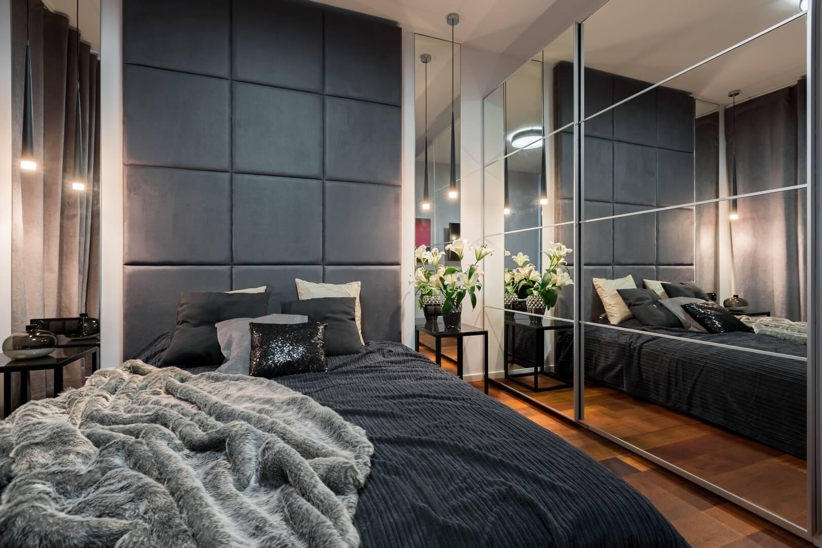 Szafa na wymiar z lustrem na drzwiach przesuwnych w sypialni